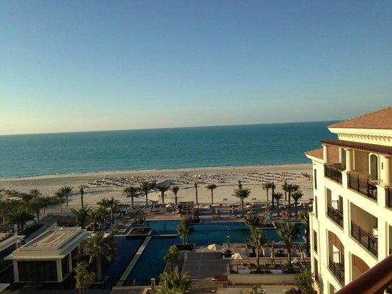 The St. Regis Saadiyat Island Resort: Blick auf den Hotelstrand