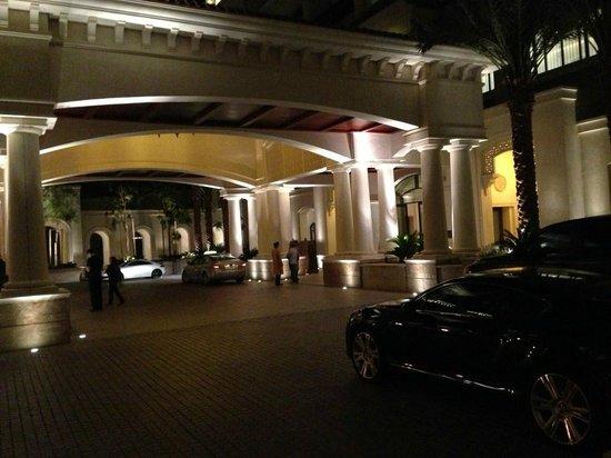 The St. Regis Saadiyat Island Resort: Hotelvorfahrt