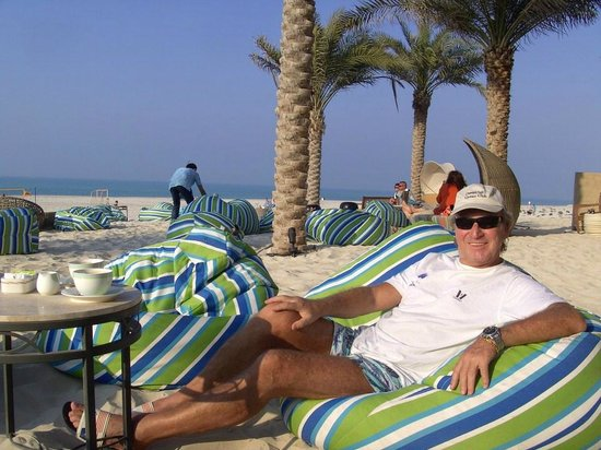 The St. Regis Saadiyat Island Resort: Lounge Bereich am Strand/Pool