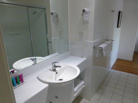Mobys Beachside Retreat: modern bathroom facilities..
