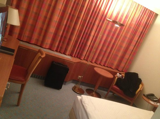 Steigenberger Airport Hotel:                   Room