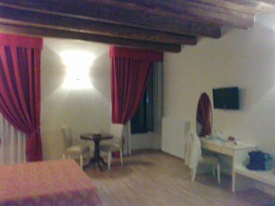 Honey Rooms Ferrara:                                     this was our room :)