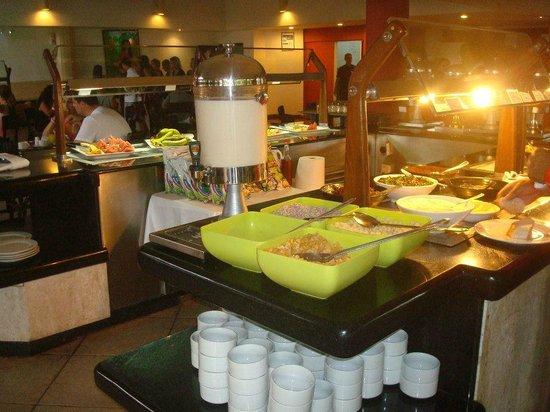 Hesperia Playa El Agua:                   el buffet principal