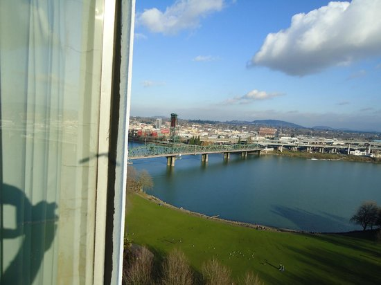 Portland Marriott Downtown Waterfront: A view of the Willamette River from my room