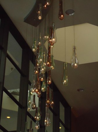 Portland Marriott Downtown Waterfront: chandelier in lobby