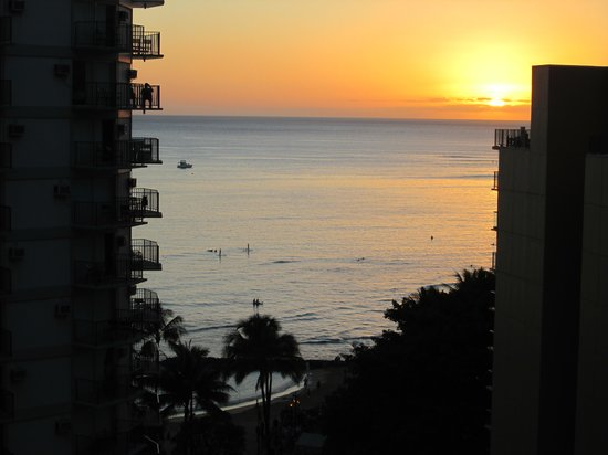 ‪ويكيكي ريزورت هوتل:                   Sunset on Waikiki from our ocean view room