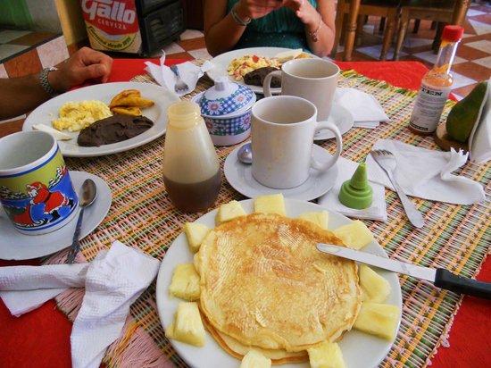 Hotel y Restaurante El Peregrino:                   colazione con pancakes e frutta fresca