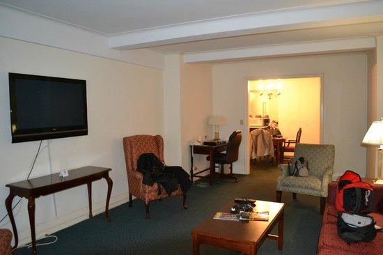 Salisbury Hotel:                   810 lounge