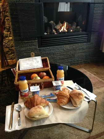 Hotel du Vieux-Quebec :                   Breakfast basket
