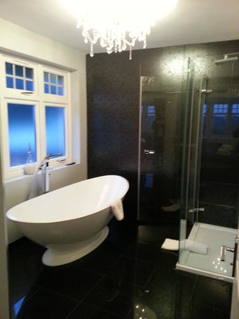 The Grimscote Manor Hotel:                   Brockingham Suite Bathroom