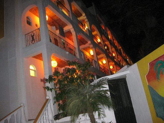 Evening view of Hotel Loma Linda rooms