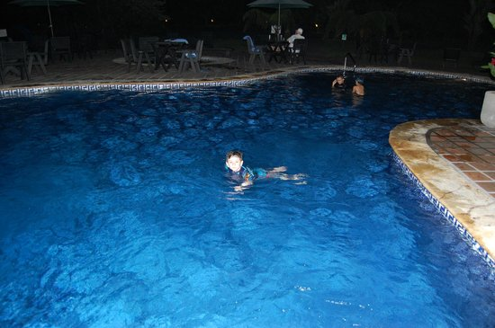 Volcano Lodge & Springs: Night swimming
