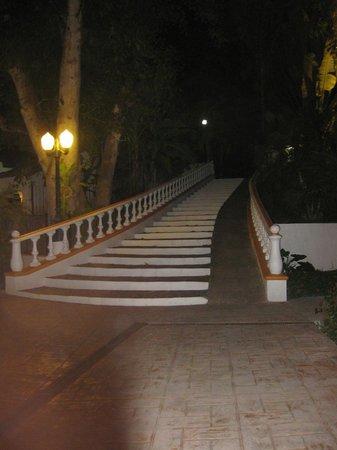Hotel Loma Linda: The grand staircase at night
