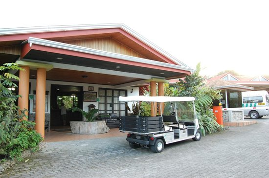 Volcano Lodge & Springs: Front lobby