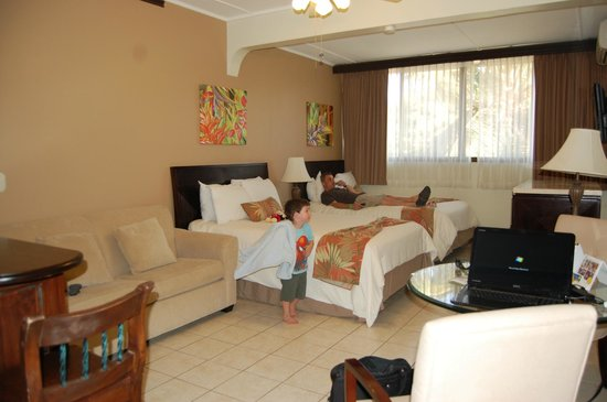 Flamingo Beach Resort & Spa: Double with parking lot view. Comfy beds and a nice sized room.