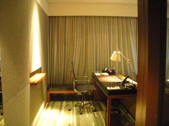 Hansar Bangkok Hotel:                   ドアを開けてすぐに大きなデスクがあります