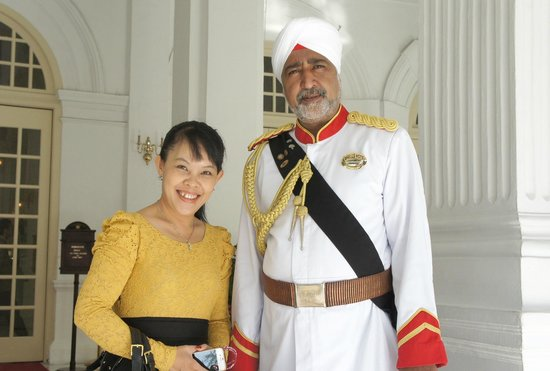 Raffles Hotel Singapore: Helpful Doorman
