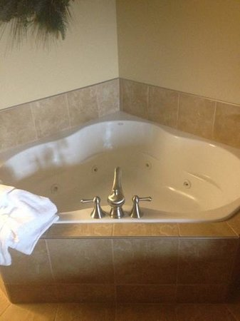 The Inn at Christmas Place:                   jacuzzi in room very nice!!