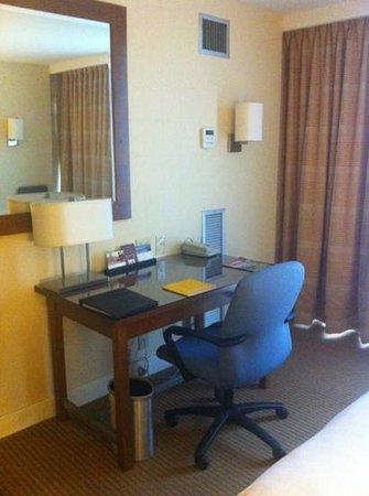 Hyatt Regency Baltimore Inner Harbor: Desk in bedroom