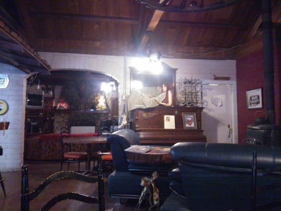 Cyndi's Snowline Lodge:                   Bad lighting and crappy camera...photo of the common area