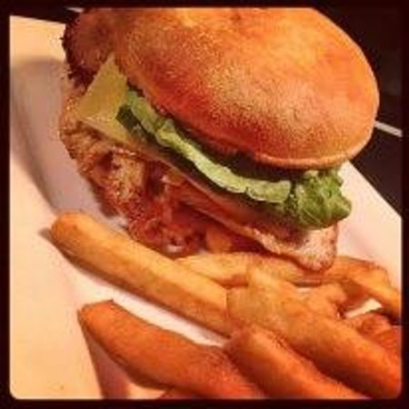 Arkaba Hotel: Yummy Burger - BEST chips in Adelaide!!