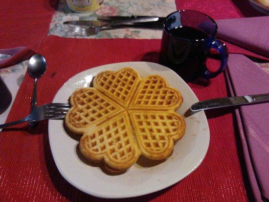 Cyndi's Snowline Lodge: Waffle Breakfast