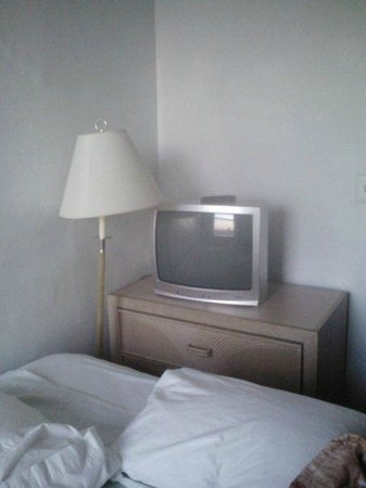 Riverside Tower Hotel: Dresser and TV directly behind the bed