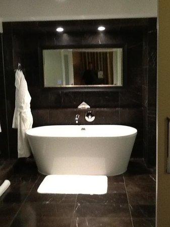 Rosewood Hotel Georgia:                   Fabulous tub