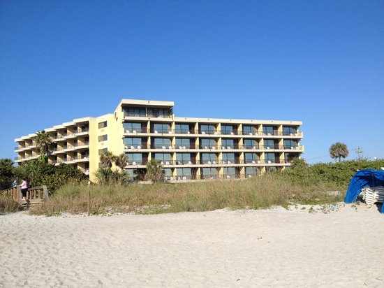 La Quinta Inn & Suites Cocoa Beach Oceanfront: Hotel from beach