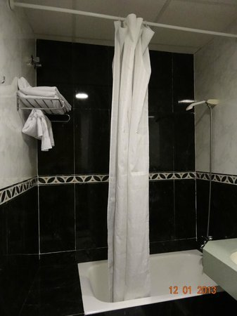 Roma Reial Hotel:                   Bathroom