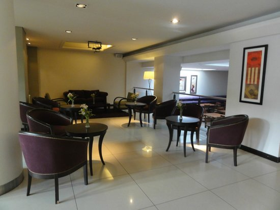 Crans Montana Hotel:                   Sala de estar junto ao bar