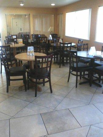 Comfort Inn :                   Eating area in breakfast room