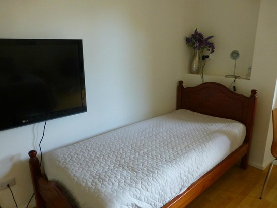 Beachport Bed and Breakfast: Single bed and flat screen TV