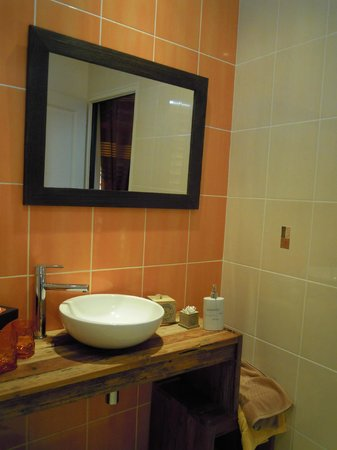 Domaine de Grande Font : Clean and ample space in bathroom with separate toilet room