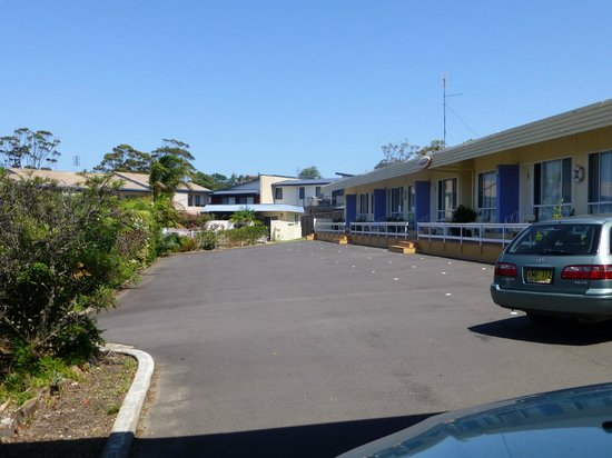 Merimbula Gardens Motel: rooms on the right with swimming parking