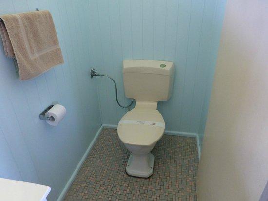 Merimbula Gardens Motel: clean modern toilet