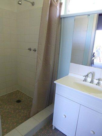 Merimbula Gardens Motel: shower unit