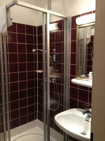 Vorbach Hotel : Bathroom in room that I spent the night - decent facilities / odd color choice