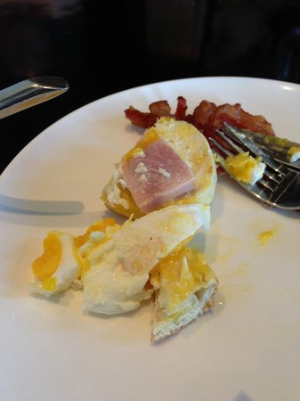 Moevenpick Hotel Mactan Island Cebu: Cold, rubbery eggs benedict for breakfast?