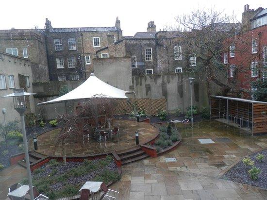 Point A Hotel, London Liverpool Street:                   Vistas desde la habitación al jardín del hotel