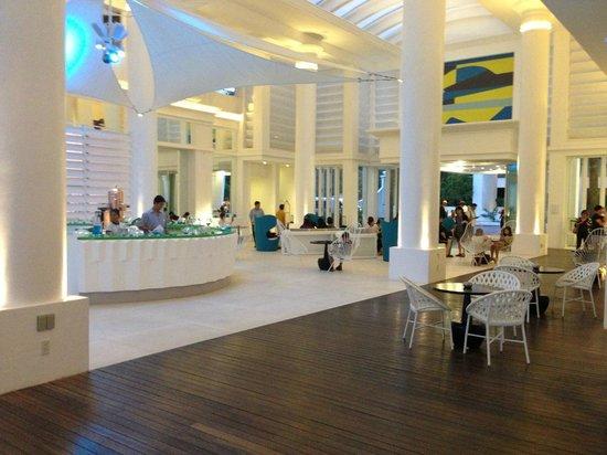 Movenpick Hotel Mactan Island Cebu: Impressive Hotel lobby
