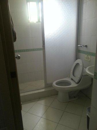 Emiramona Garden Hotel : ...bathroom