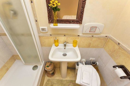 Prati B&B and Prati Vatican Apartment: B&B bathroom yellow room