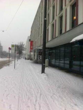 Ibis München City West: IBIS-Hotel - Eingangsbereich im Winter