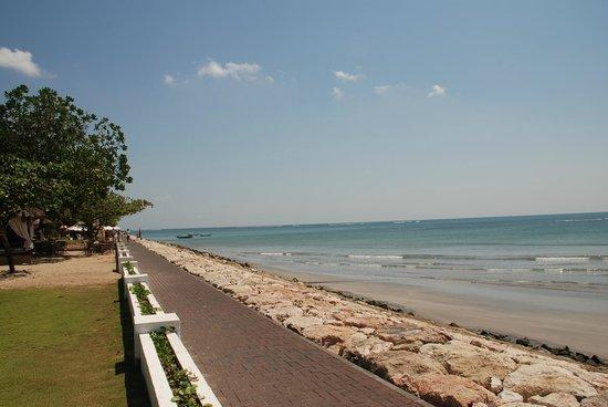 Discovery Kartika Plaza Hotel: passeggiata sul mare, dalla quale è possibile entrare e uscire dall'Hotel