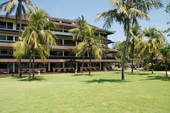 Discovery Kartika Plaza Hotel: Struttura con camere piano terra vista dal mare