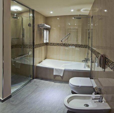 Novotel Suites Riyadh Olaya : Bathtub