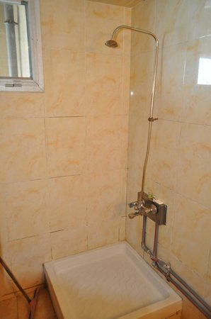 Royal Crown Hotel Alexandria: Shower