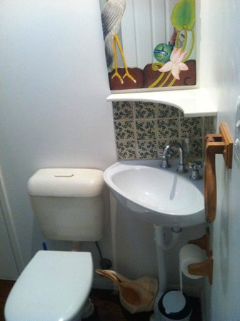 Bamboo Cottage B&B:                   ensuite to magnolia room