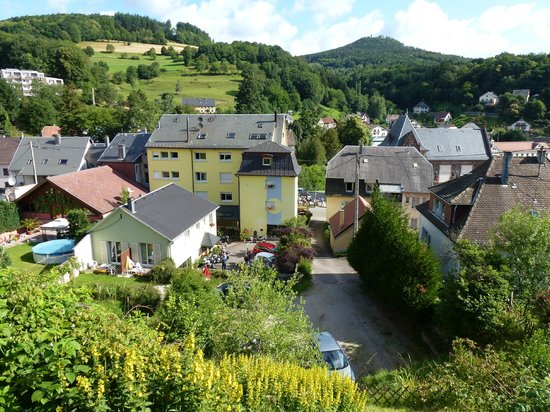 Orbey, France :                   Haus von hinten mit Parkplatz